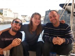 Nos équipiers, Hélène et David, avec le capitaine le soir du gueuleton qu'ils ont organisé pour nous remercier à l'île de Ré