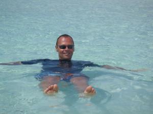 Homme barbotant dans l'eau chaude, un an avant de plancher sur la bactério à gogo...